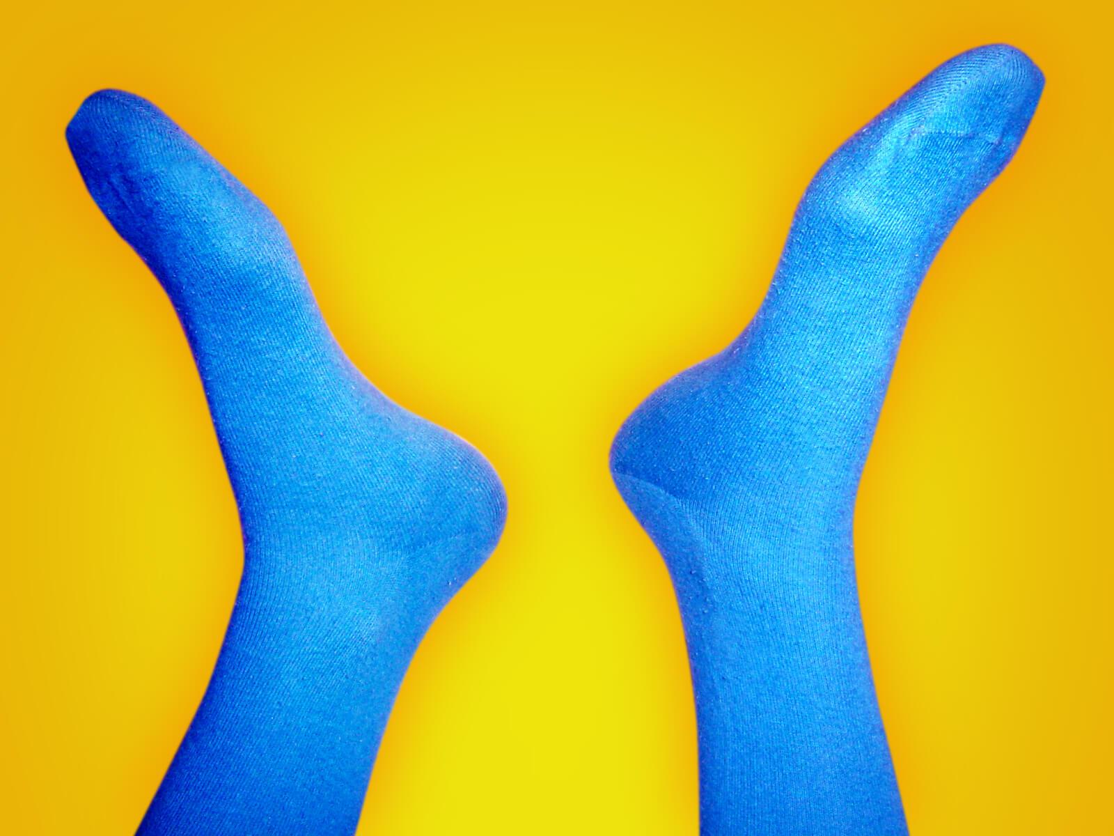 温かそうな青い靴下