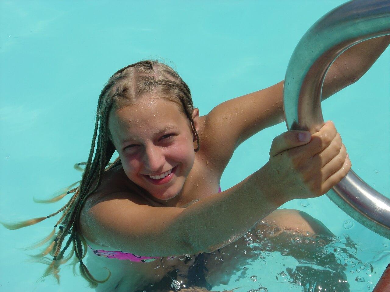 プールから上がる少女